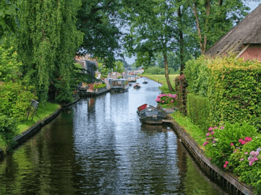 giethoorn canal with boats